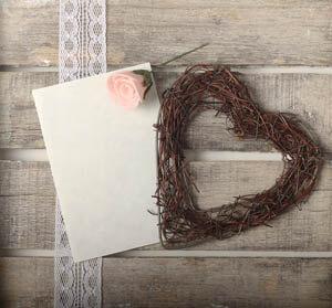 Wenn die beste Freundin heiratet: To-Do-Liste Hochzeit und geflochtenes Weidenherz auf einem Vintage-Tisch