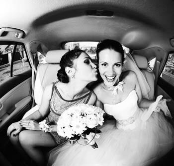 Wenn die beste Freundin heiratet: Trauzeugin küsst Braut im Auto