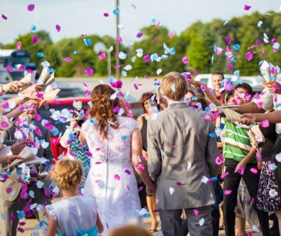 Konfettiregen und Hochzeitspaar